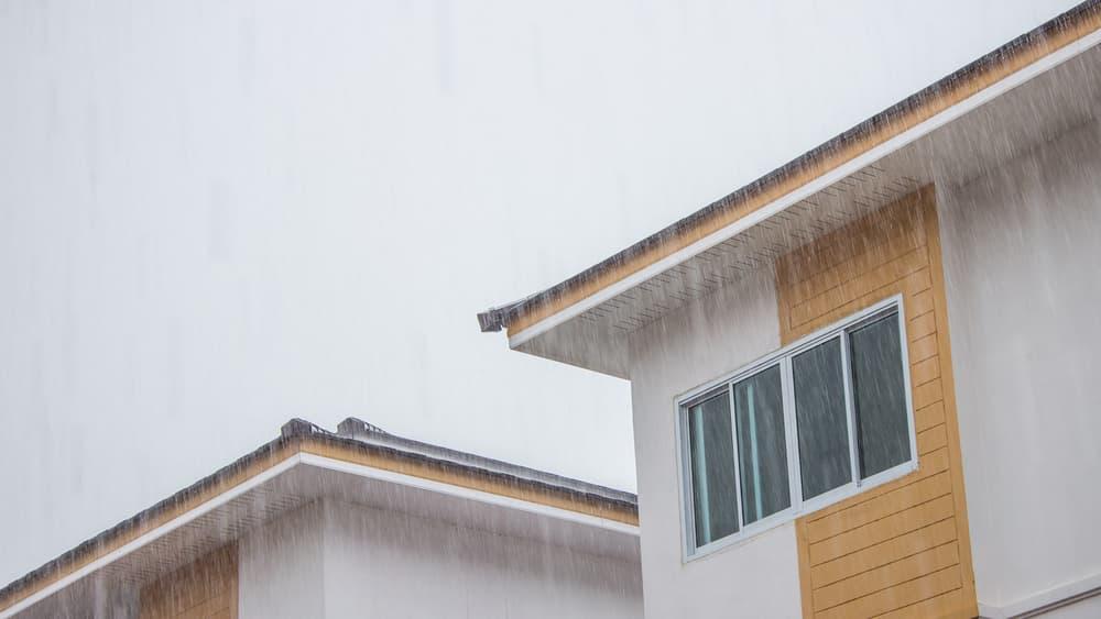 家の屋根と雨