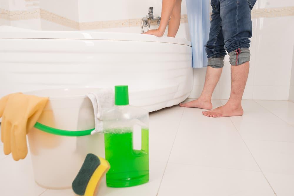 浴室にお掃除道具を置いてお掃除している