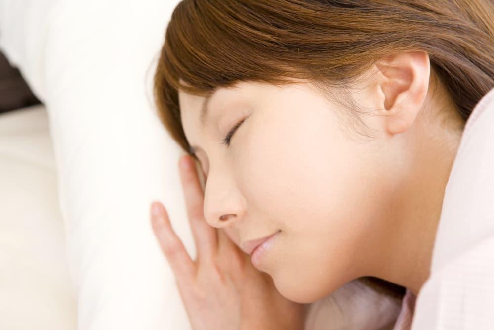 布団で寝ている女性のアップ