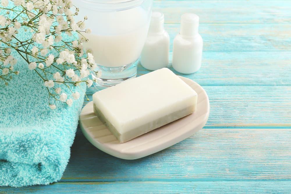:固形石鹸とタオルが置いてある