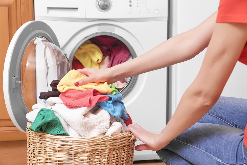 洗濯機に衣類を入れている