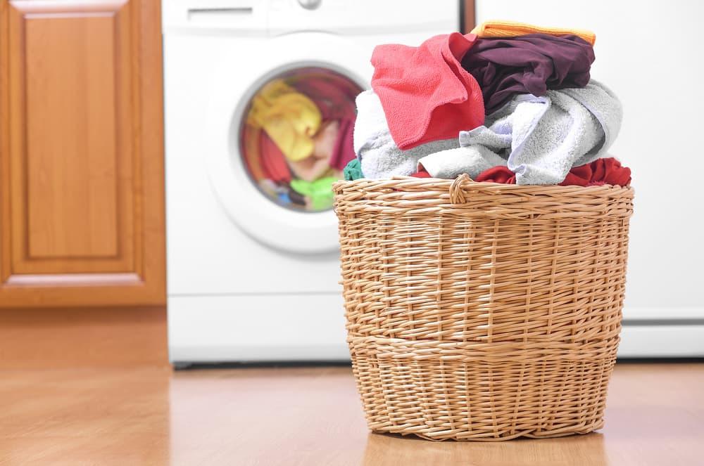 洗濯カゴに入った洗濯物