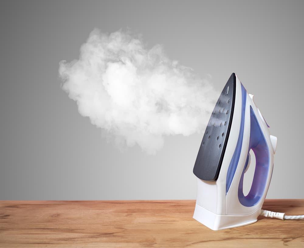 蒸気が出ているスチームアイロン