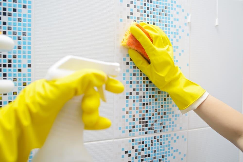 風呂の壁を掃除している