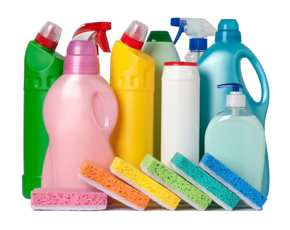 カラフルな洗剤のボトルとスポンジ