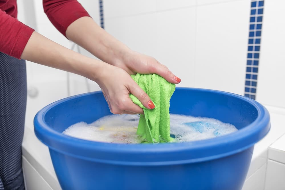 衣類の汚れを確認している手元
