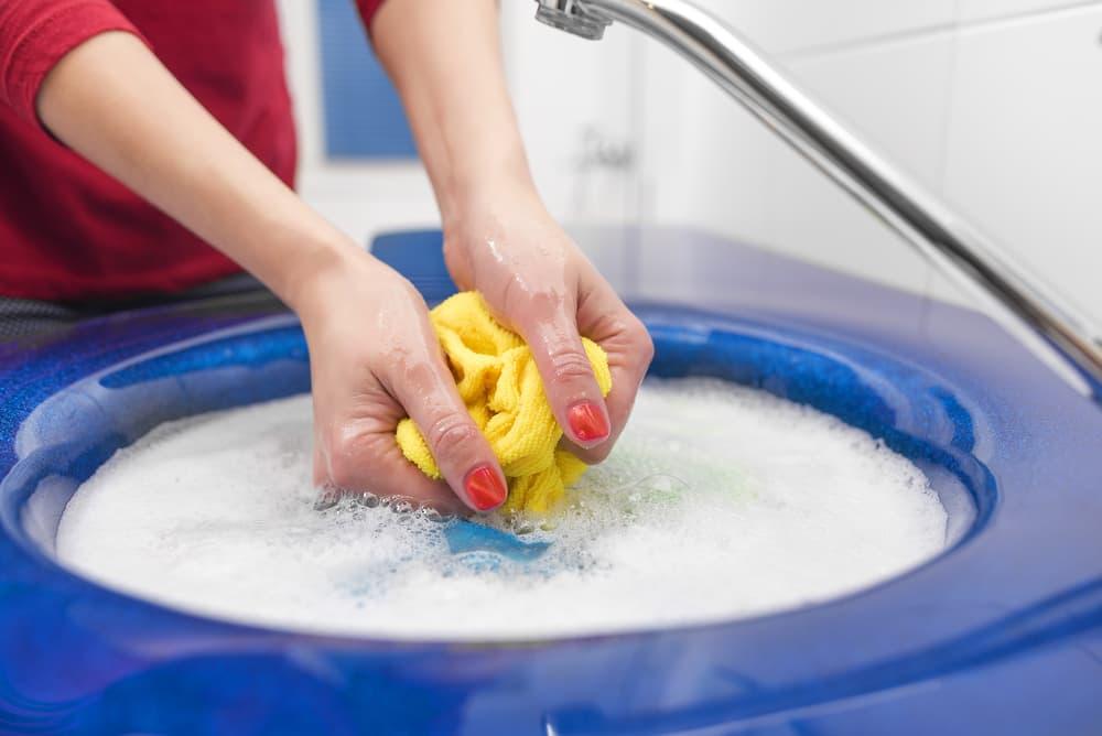 手洗いしている女性の手元
