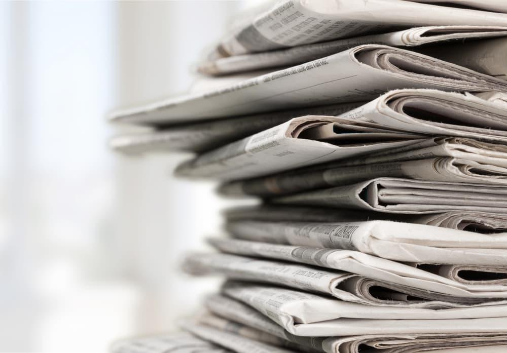 積み重ねた新聞紙