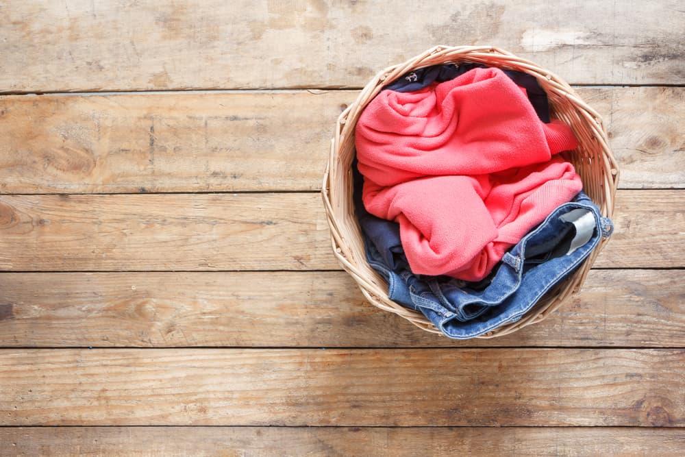 洗濯カゴに衣類が溜まってある