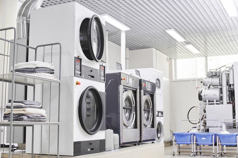 クリーニング店、並んだ大型洗濯機