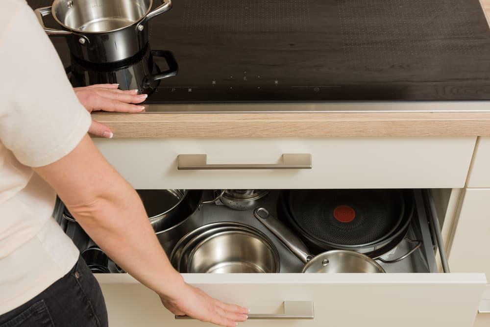 キッチンの棚に調理器具などが収納されている