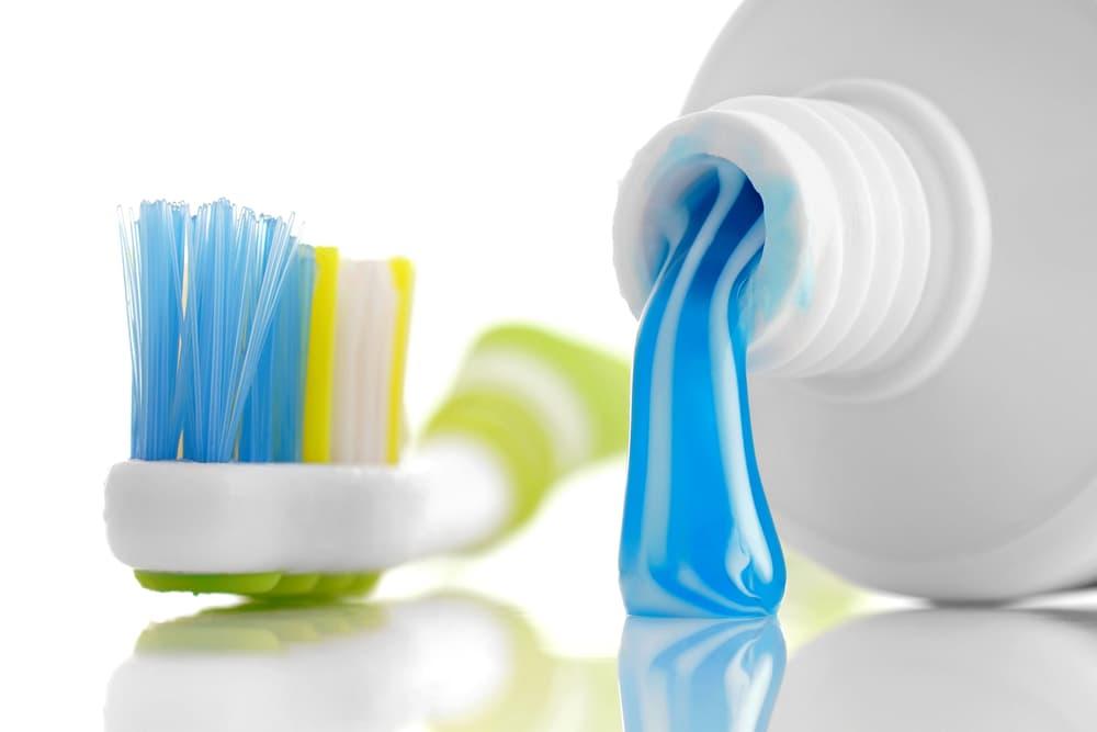 チューブから出ている歯磨き粉と歯ブラシ