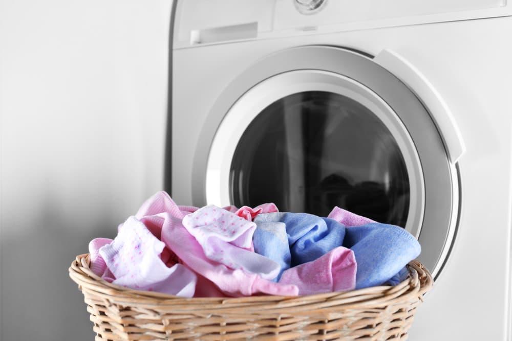 洗濯機の前に置かれた洗濯カゴ