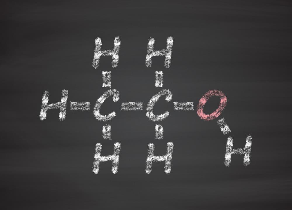 黒板にチョークで書かれたエタノールの化学式