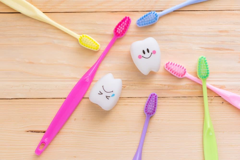 カラフルな歯ブラシが6本置いてある