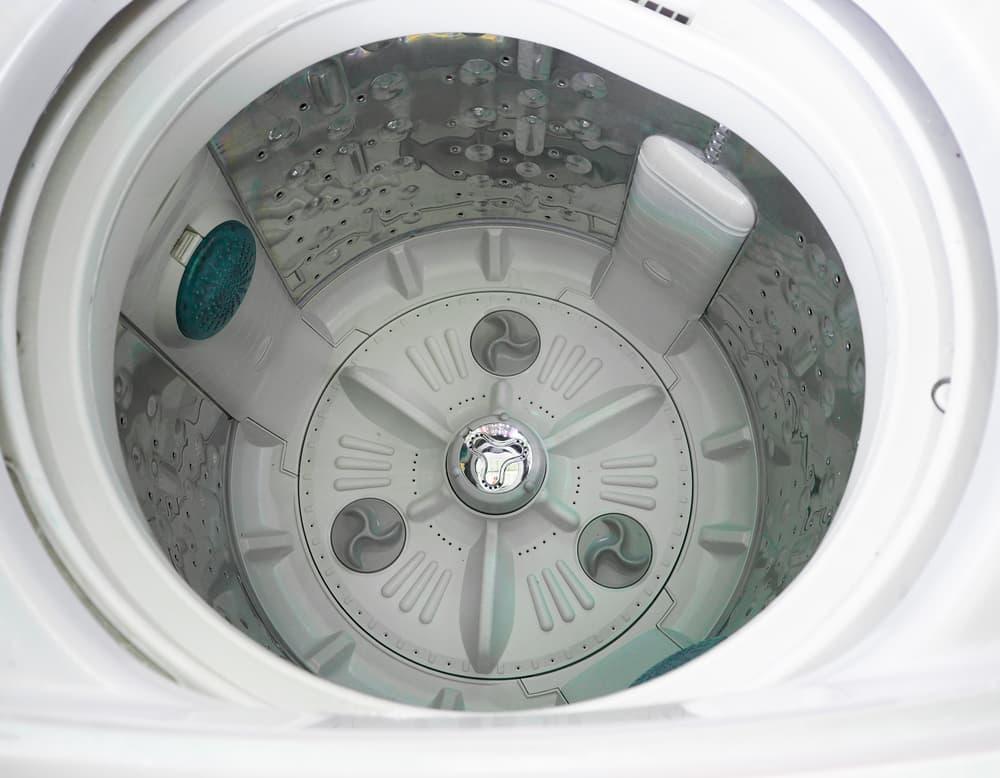 清潔な洗濯機の中のアップ