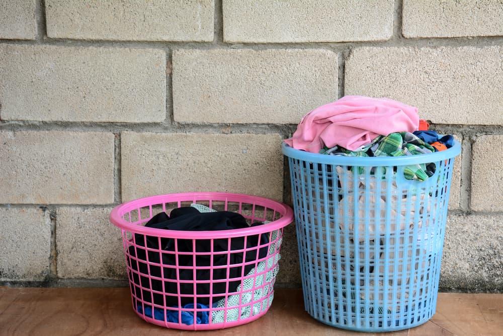 衣類が入った2つの洗濯かご