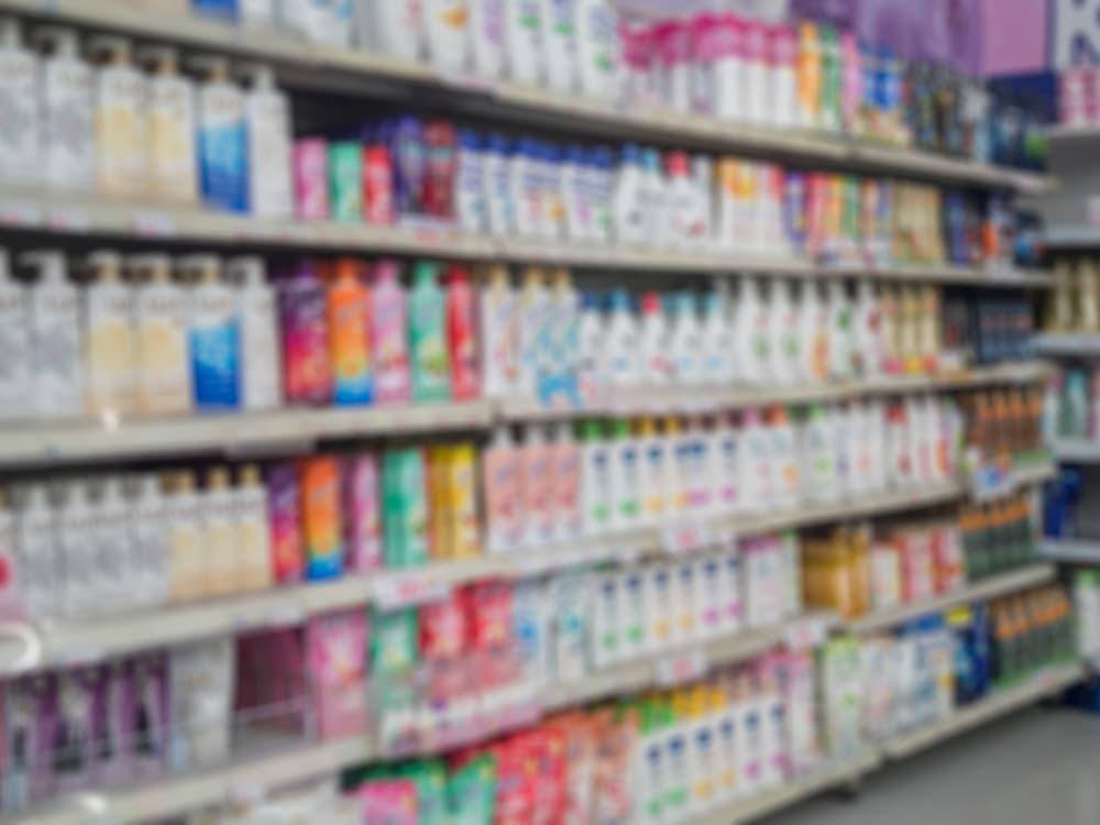 多種多様な洗剤が並んだ売り場