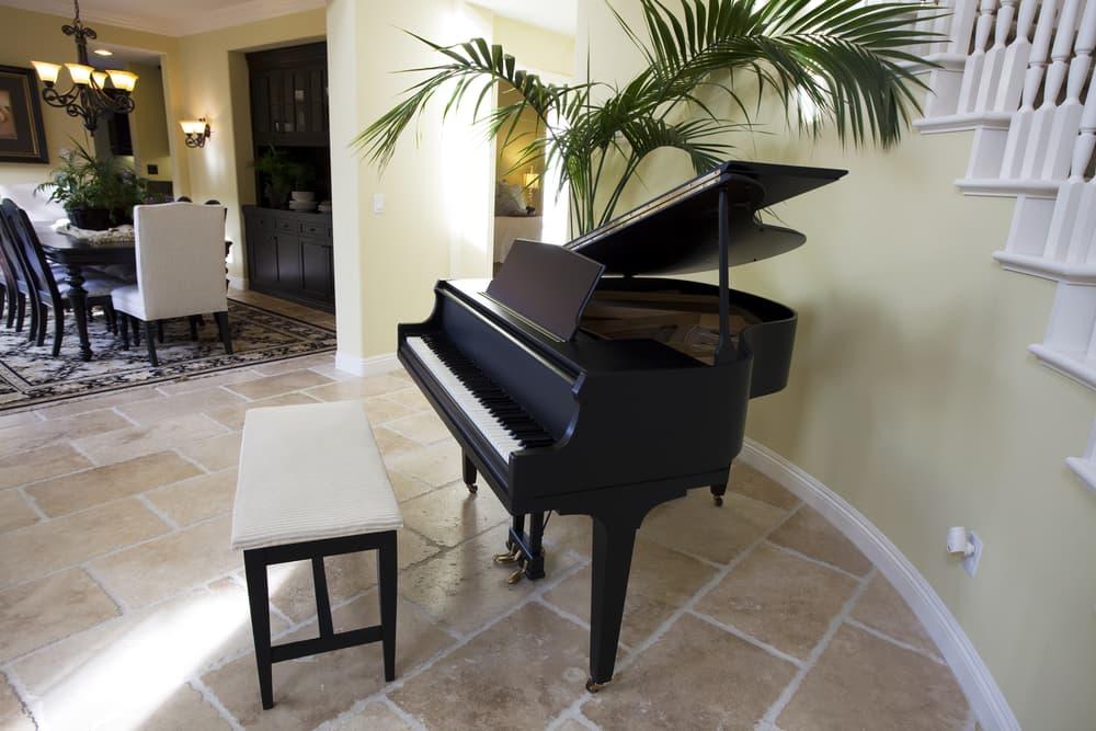 部屋に置かれたピアノ