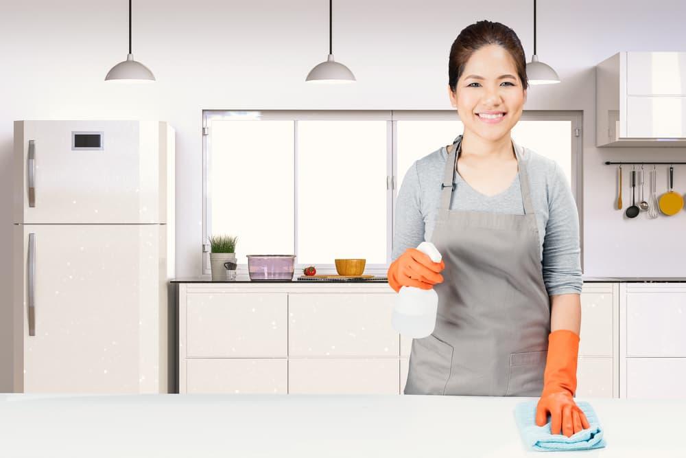 ゴム手袋とエプロンをしている女性