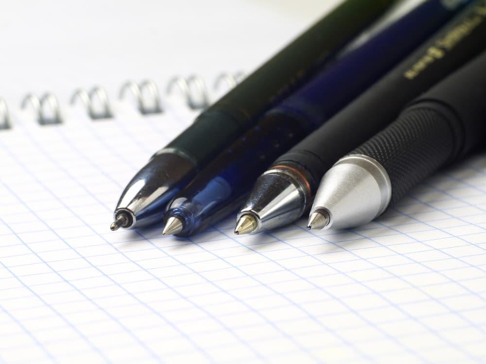 4本のボールペンのアップ