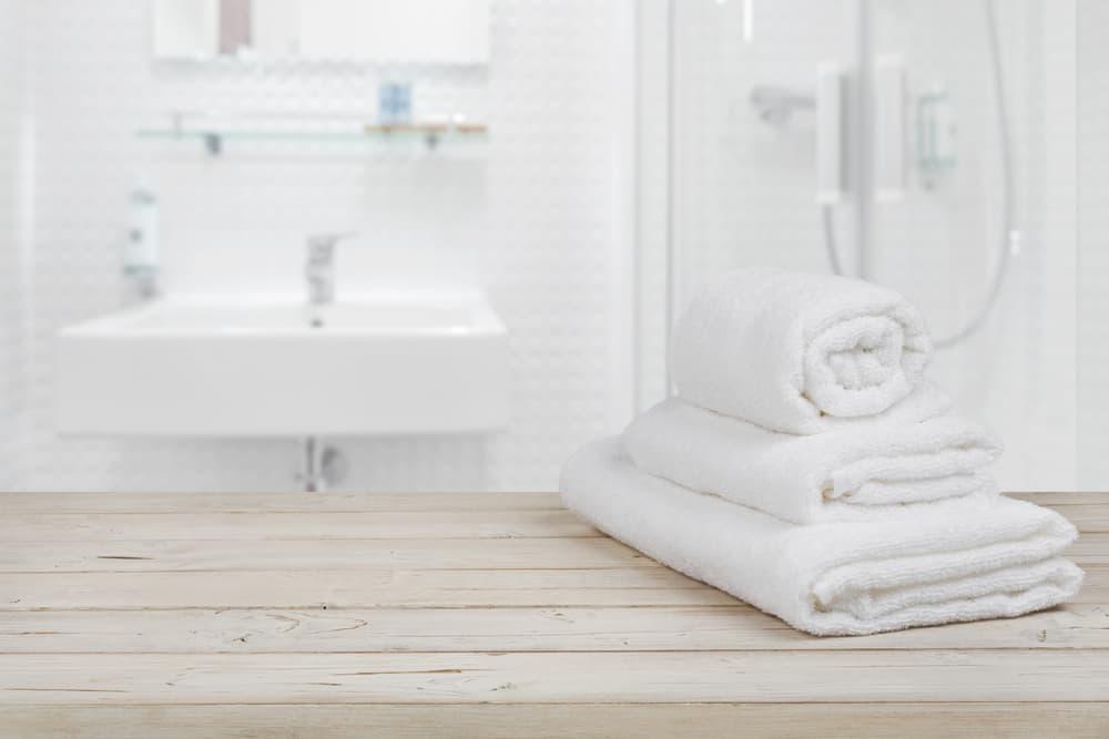 清潔感のある白い洗面台とタオル