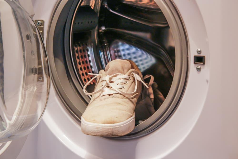 洗濯機にスニーカーが入っている