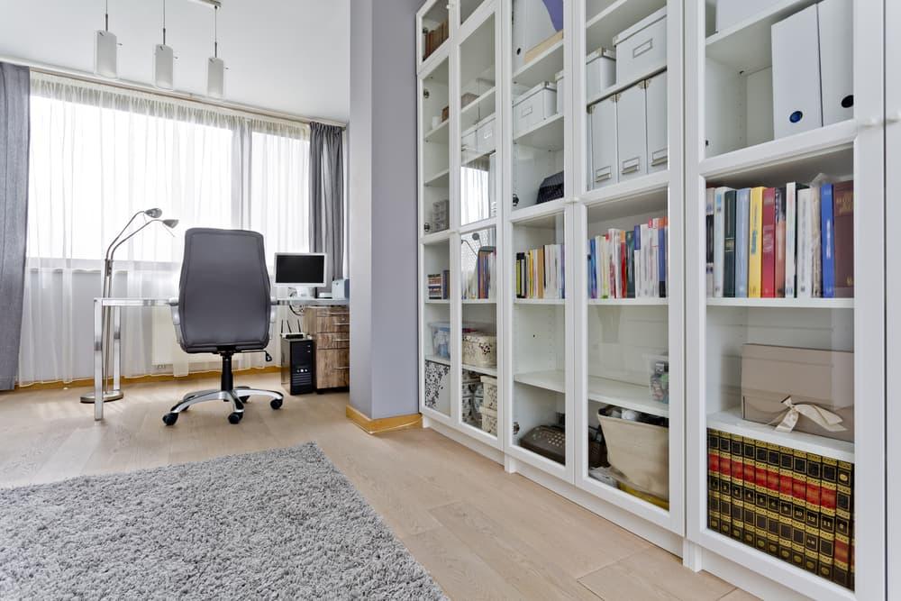 部屋の一角に本が並べられている