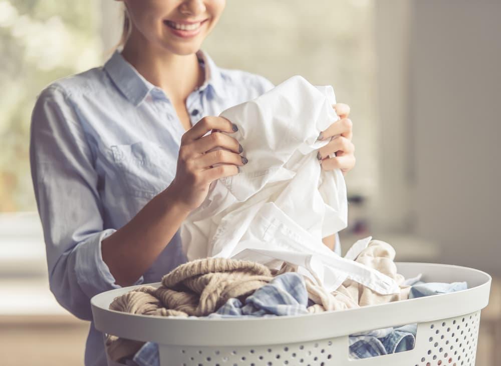 ワイシャツを持ってほほ笑む女性