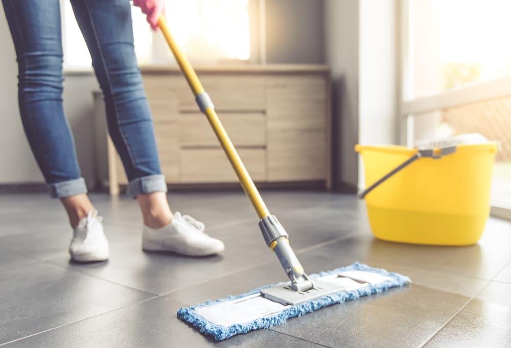 床掃除をしている女性の足元