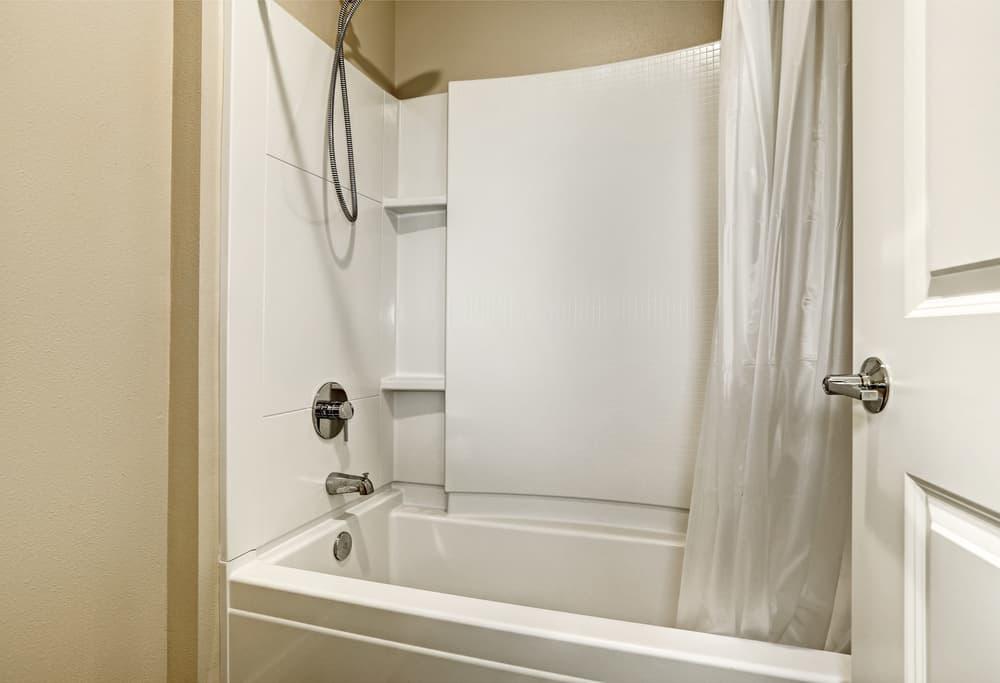高級感のあるシャワーカーテン付きの風呂