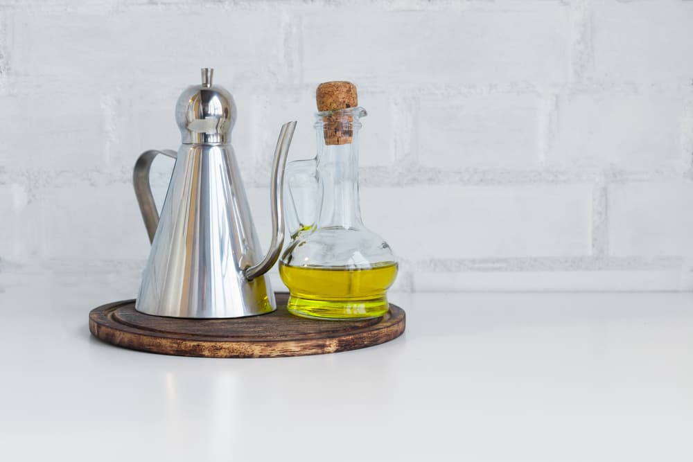お酢と調味料がキッチンに置いてある