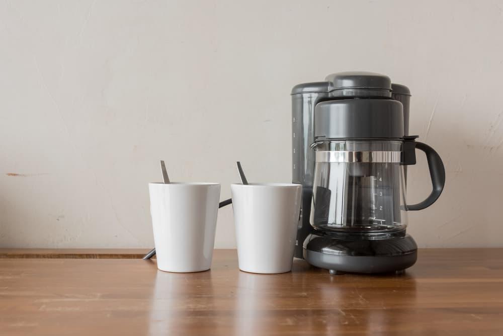 コーヒーメーカーとコップが置いてある