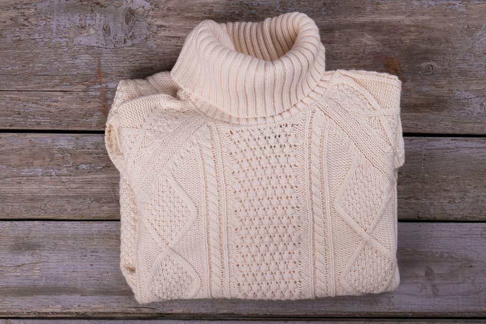 タートルネックのセーターが置いてある