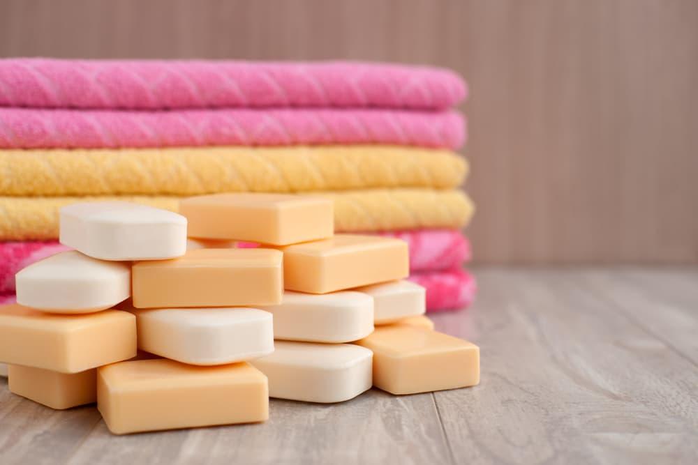 タオルと固形石鹸が置いてある