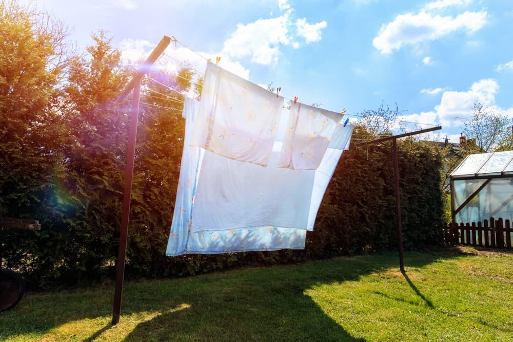 物干し竿にタオルやシーツが干してある