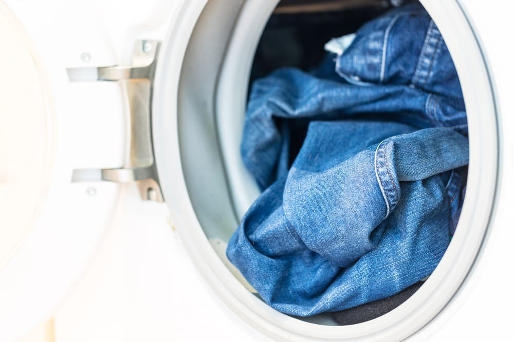 洗濯機に入っているジーンズ