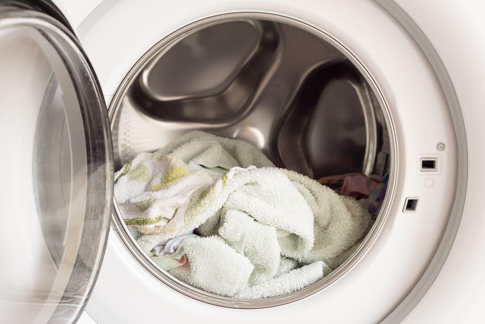 洗濯機に入っている汚れたタオルケット