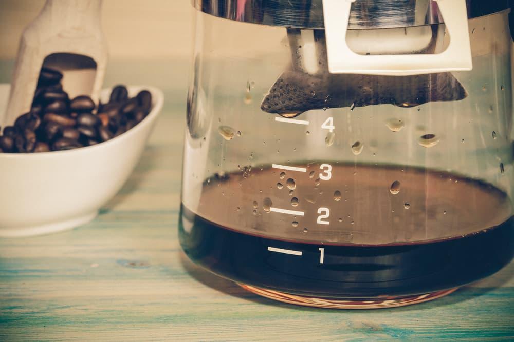 コーヒーメーカーからコーヒーが抽出されている