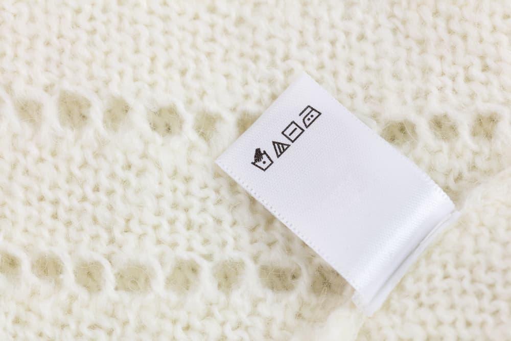 セーターの洗濯表示タグのアップ