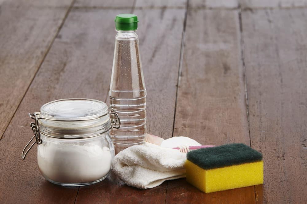 瓶容器に入った白い粉末と水、スポンジ