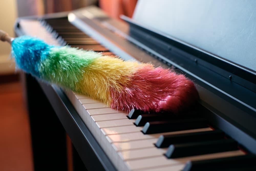 ピアノを掃除している