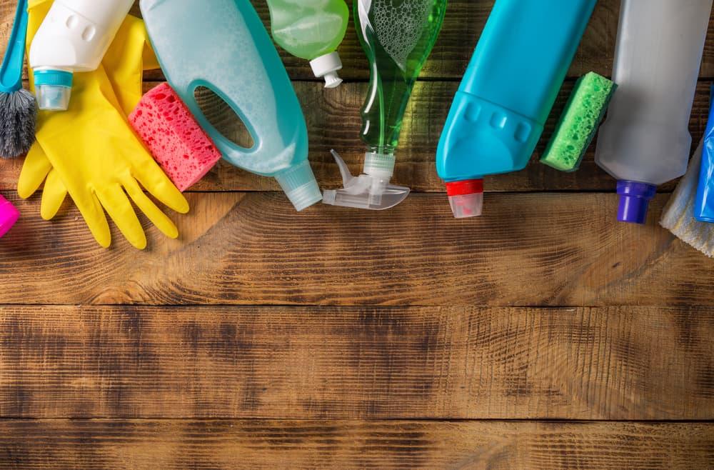 様々な掃除用具が置いてある