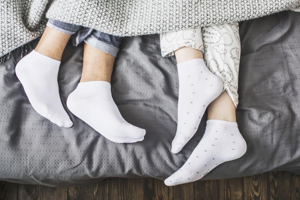 白い靴下を履いている人の足元のアップ