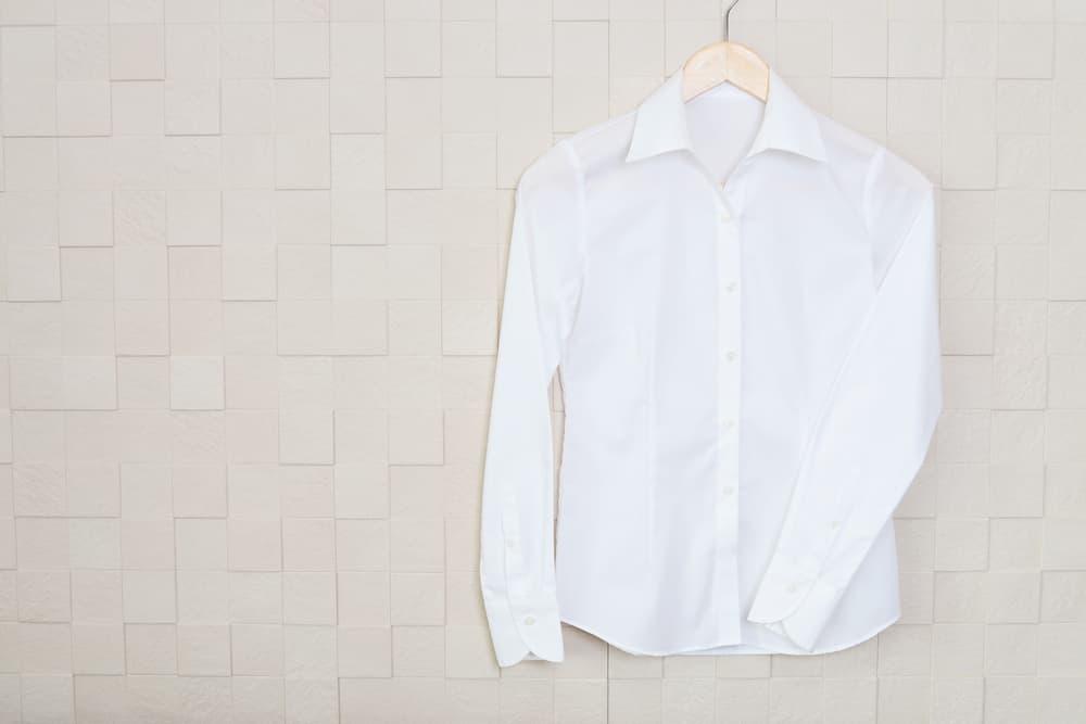 ハンガーにかかった白いワイシャツ