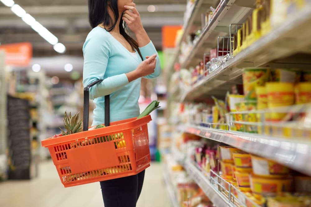 スーパーで買い物している女性