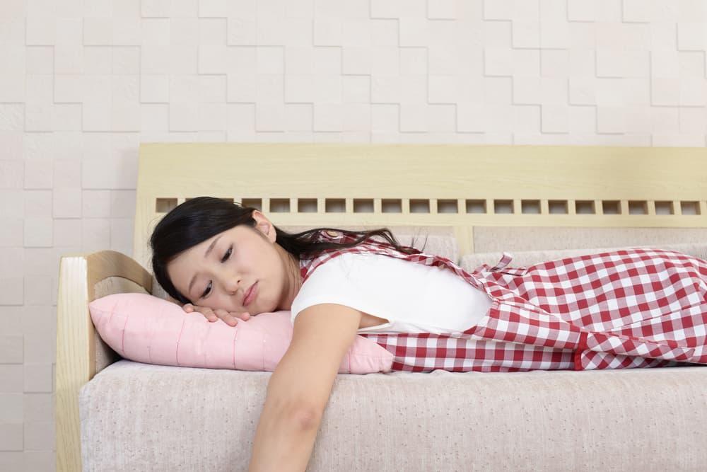 ソファーでぐったりする女性