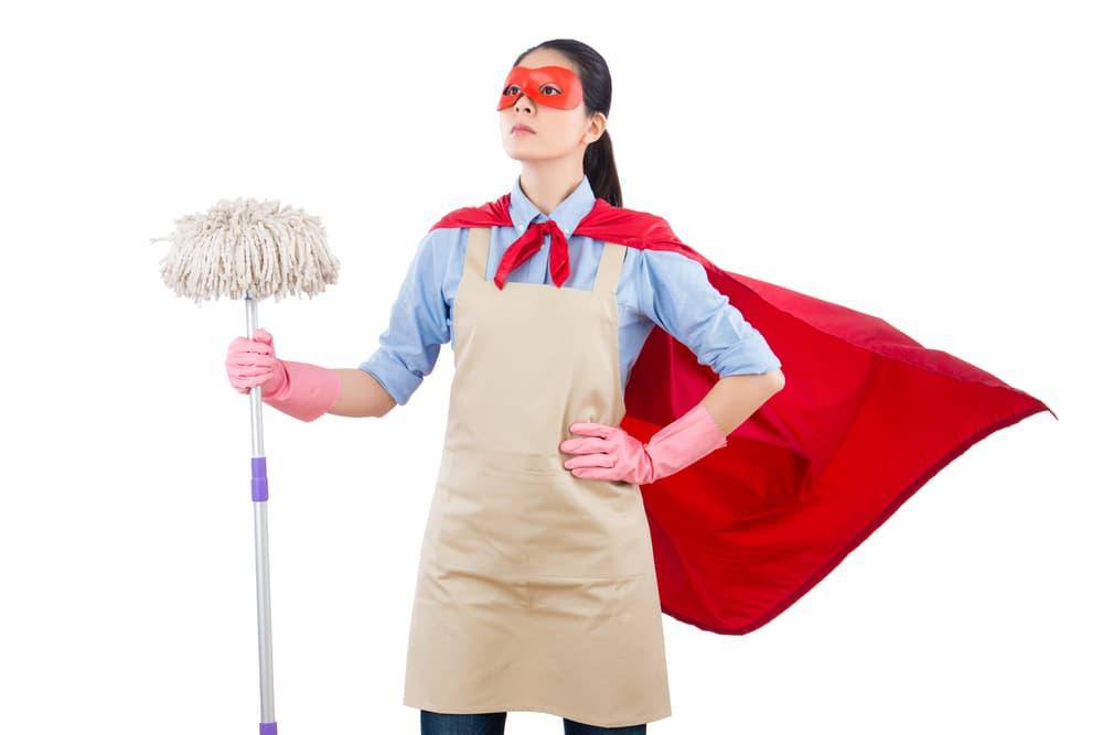 モップを持ったヒーロー姿の女性