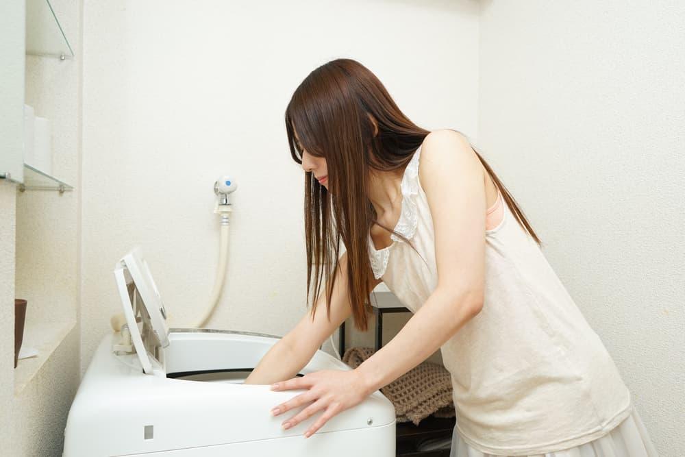 洗濯機の中に糸くず取りアイテムを設置している