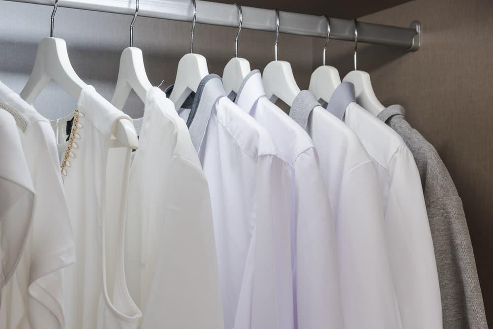 ハンガーに掛かっている白いワイシャツ